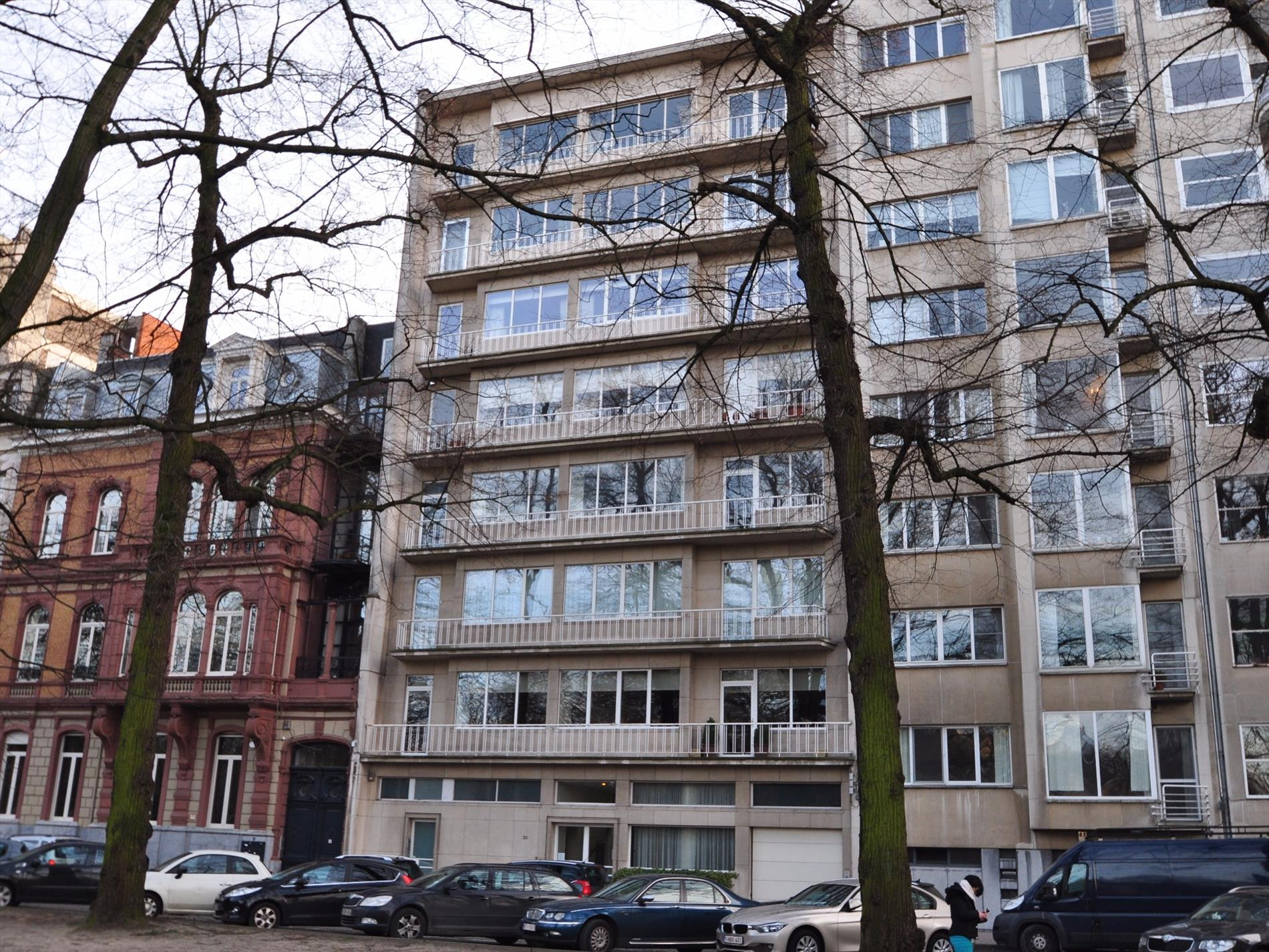 https://www.hillewaere-vastgoed.be/assets/images/properties/4315510/1/1453276752-centraal-gelegen-zeer-ruim-licht-appartement-300m2-met-oa-4-slaapkamers-3-badkamers-zeer-ruim-terras-en-1-garage-1.jpg