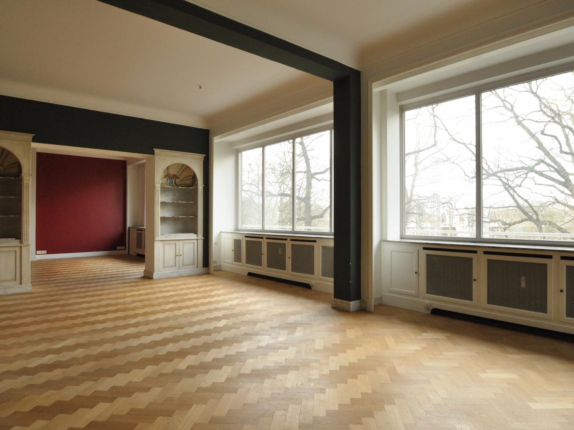https://www.hillewaere-vastgoed.be/assets/images/properties/4315510/4/1453276752-centraal-gelegen-zeer-ruim-licht-appartement-300m2-met-oa-4-slaapkamers-3-badkamers-zeer-ruim-terras-en-1-garage-4.jpg
