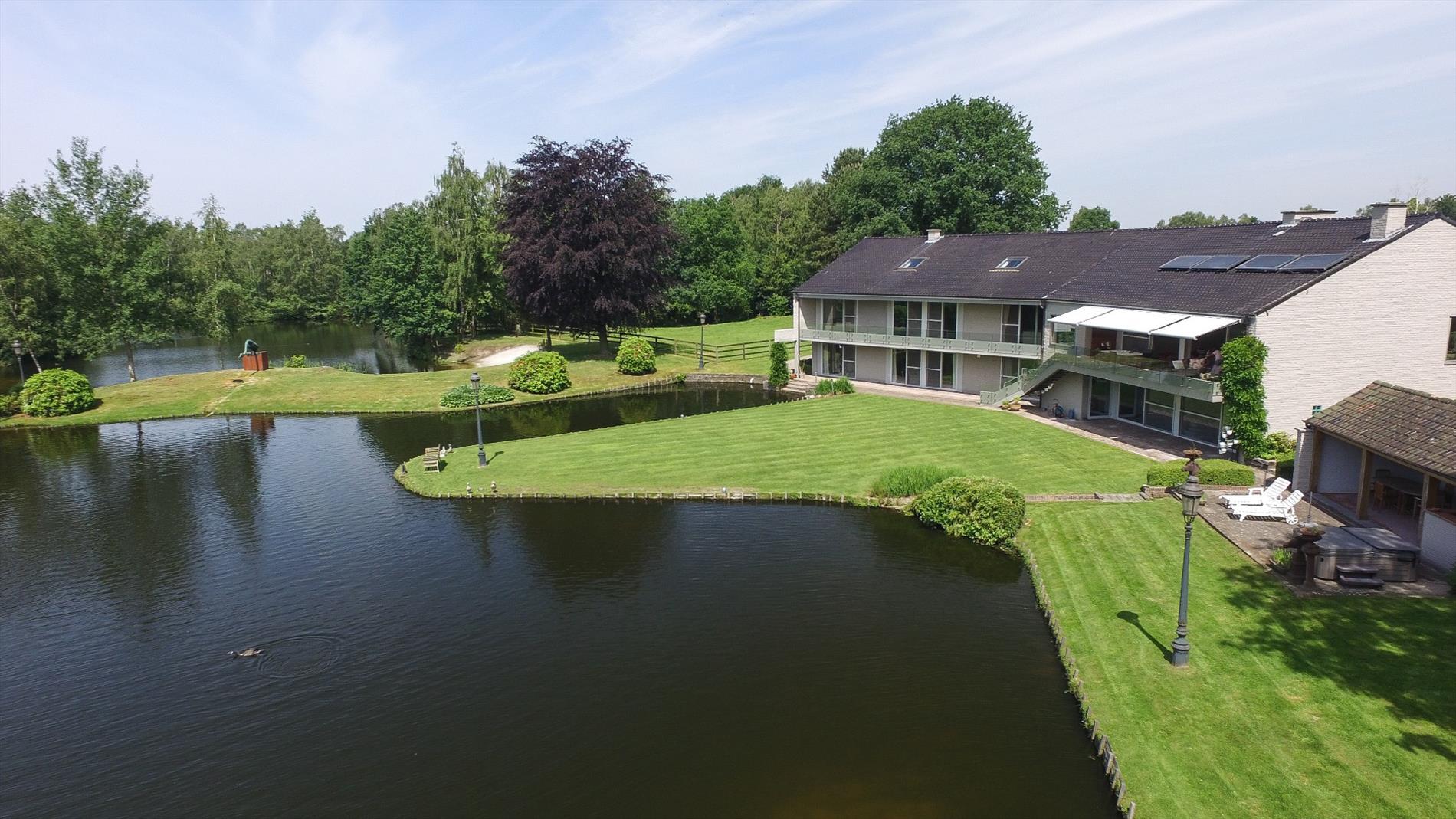 Villa gelegen aan een prachtig meer te rijkevorsel for Grote visvijver te koop