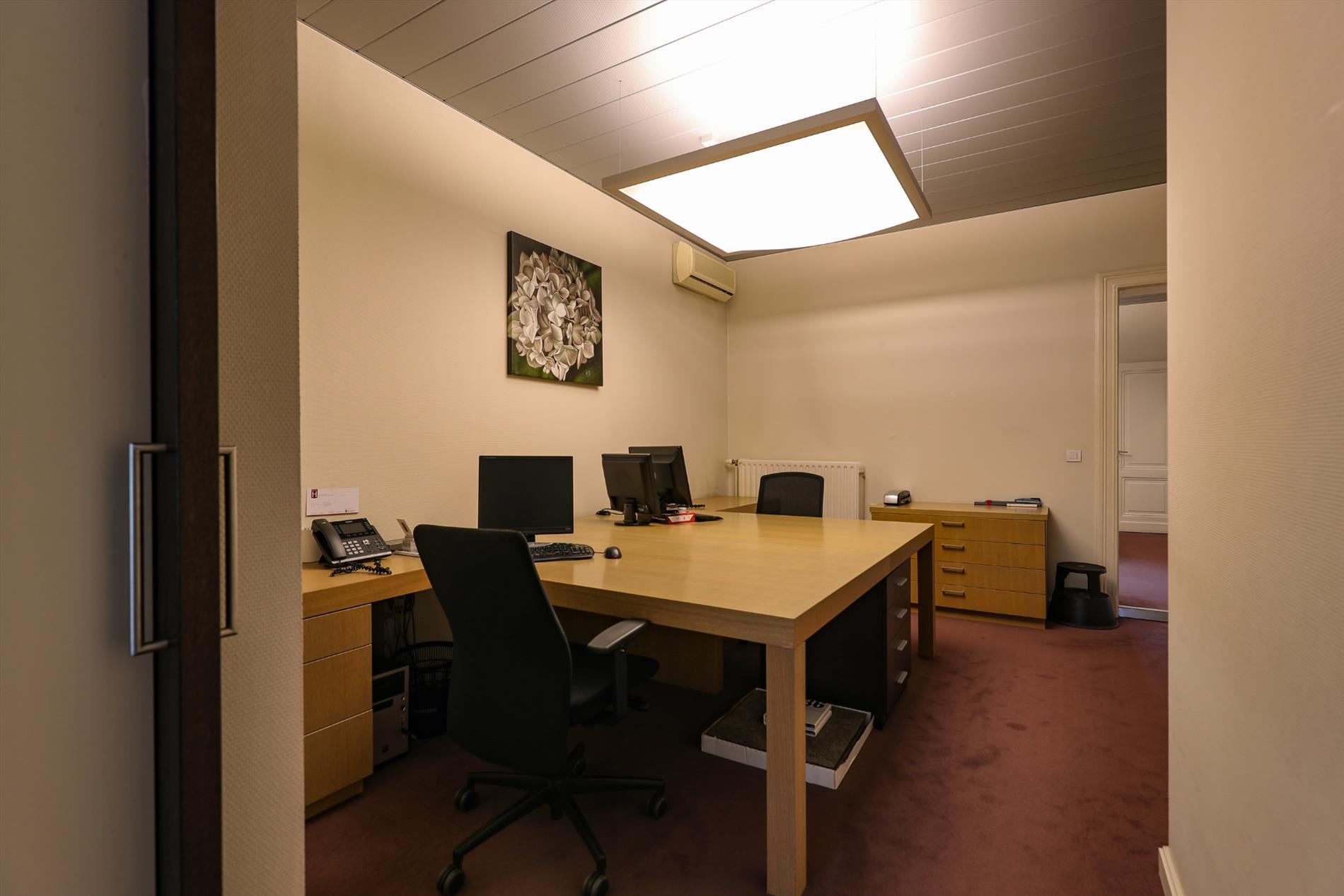Statig klassiek kantoorpand op de markt van oud turnhout
