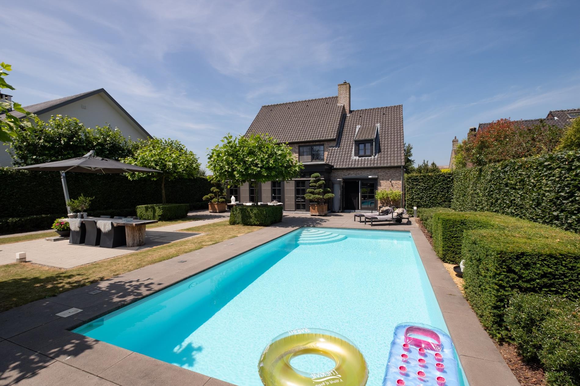Luxe villa met zwembad op 853 m for Luxe villa met zwembad