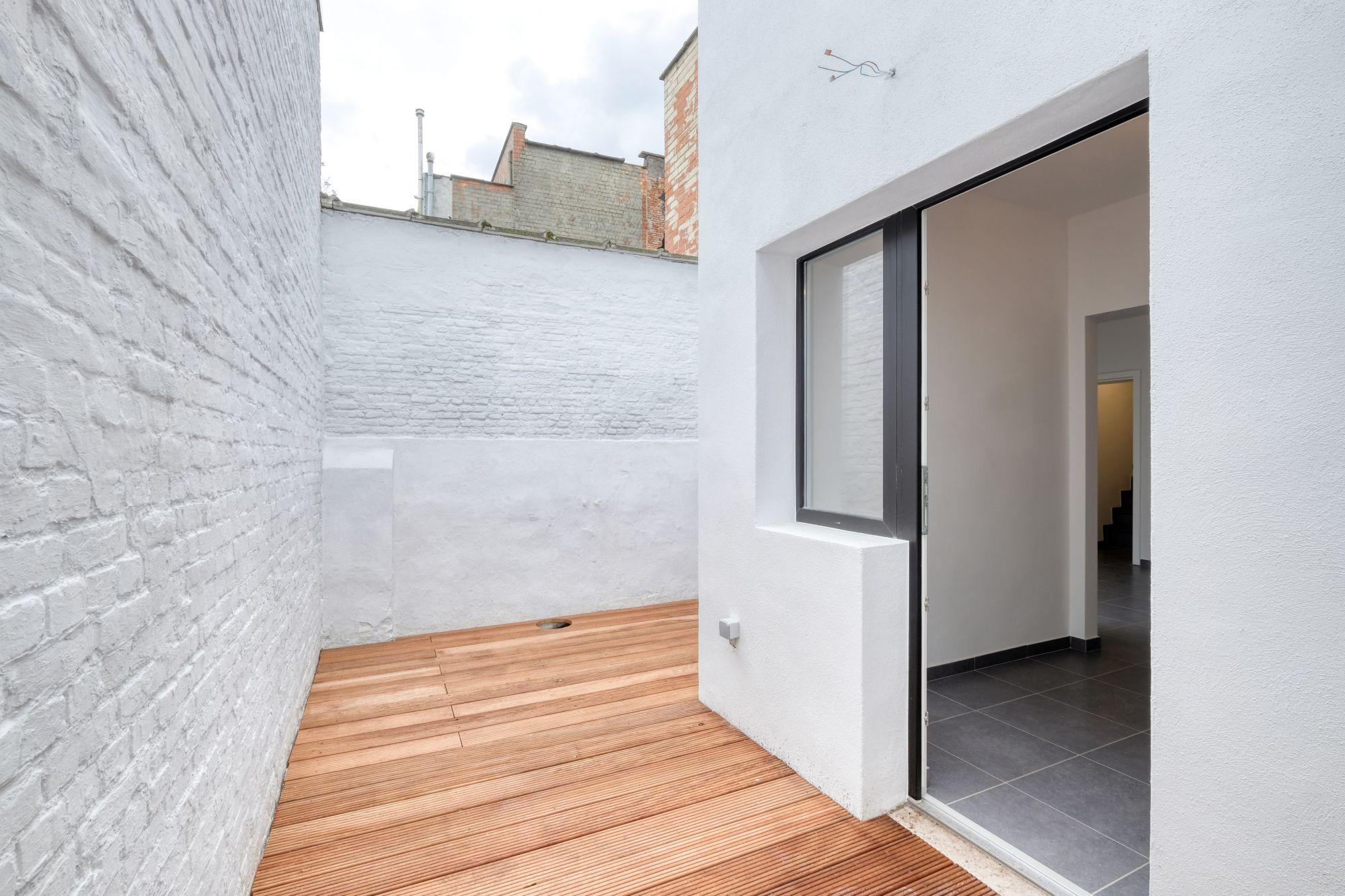 d918e00170c Strak gerenoveerde rijwoning met 3 slaapkamers, 2 badkamers en een ...