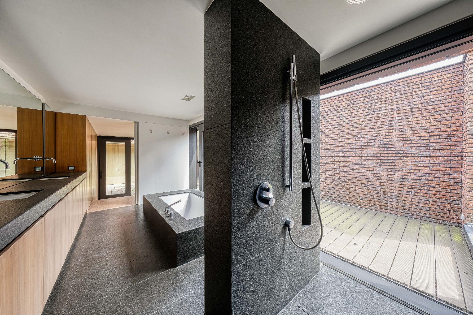 Badkamer afgewerkt met hout