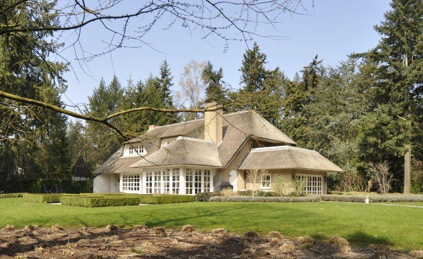 Nieuw te koop: Romantische villa met rieten dak op toplokatie